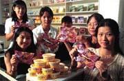 小美員工與它最有代表性的產品──黃杯冰淇淋和紅豆粉粿。