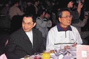 看好未來的大訂單,林百里(左)親赴宏碁尾牙宴。(右為施振榮)