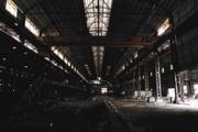民國29年成立的唐榮鐵工廠,曾被譽為台灣鋼鐵業的拓荒者;60年代風光一時,員工薪水比中鋼薪水高四成;如今停產,偌大的廠房僅剩幾名泰勞,拆卸著即將運往越南的設備。