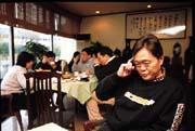 失意的台商不見得物質上也失意。楓林小館的負責人劉文華(前)在失業期間,依舊住好房、開凱迪拉克。