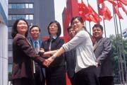 郭瑜玲(左3)帶領的投資團隊,彼此都有五年以上共事默契。