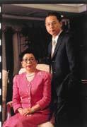 廖蘇西姿(左)將新學友集團最值錢的門市通路由家族第二代廖培宏(右)接手,能否讓新學友集團挺過危機?