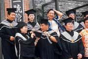 拿到EMBA學位的人,都曾付出可觀的學習代價。(後排左二為王瑞瑜)
