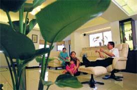 白色調的屋子、核桃木裝潢,顏興勝的夢想簡單,卻意義深刻。