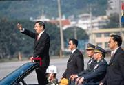 陳水扁總統(左)展現了後兩年要在兩岸問題得分的決心,但是卻未表明籌碼在哪裡?