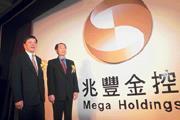 金控公司成立火熱登場,法令卻跟不上進度(左為中國商銀董事長林宗勇,右為兆豐金控董事長鄭深池)。