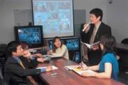儒碩總經理陳延祚(立者)主持視訊會議,同時有八家經銷據點職員參與。