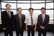 正文的研發團隊實力堅強,面對挖角傳聞,董事長兼總經理陳鴻文(右二)仍老神在在。(左二為董事、神達電腦總裁蔡豐賜)