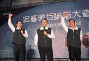 ■王振堂(右)殺入低價電腦市場,企圖為宏碁達成獲利的魔術數字,江博文(左)負起通路管理的重責大任。