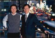 孫以濬(右)與鄭有欽(左)讓行易網利用鼎漢11年的資源,提供個人化交通資訊。