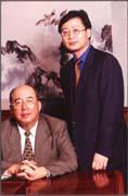 吳志揚(右)以父親走過的路為戒,無意涉足政界(左為吳伯雄)。