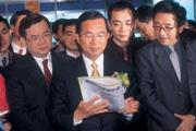 ■黃輝珍(左)接任中技社董事長,是扁政府一次漂亮的人事安排。