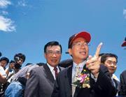 ■陳水扁(右)突然的一句話,林信義(左)馬上動員經建會畫出大餅,效率奇高。