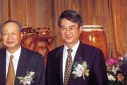 ■2005年吳東進(右)期許在銀行界大展身手,打響新光銀行的招牌。