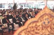 泰國攝氏40度的高溫,雖讓正襟危坐的陳飛龍(前排左三)苦不堪言,但泰國南僑10年有成,成為南僑集團的金雞母,一切的「汗水」終於有了回報(前排左起為泰國叻丕省長卡馬德、駐泰代表黃顯榮)。