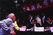 陳水扁(右二)拋開官、民的上下關係,將市政府與市民轉化成以服務為導向的互動模式。