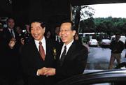 ■對金控公司設立,財政部在顏慶章(右)任部長時,是「全力衝刺,熱到最高點」。但李庸三(左)上任後,則進行降溫動作。