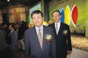 ■抓住天時地利,中國商銀董事長林宗勇(中),以每股25元談定國際投信過半股權,平均每天為該行省37萬元。
