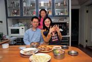 便當媽媽……處女座的吳蕙如一家四口黏得不得了。用過晚飯後,裝好便當,便在客廳各據一方寫作業、工作、彈琴,天天如此。