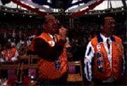 吳伯雄(前排左)對違紀助選者滿肚子火。