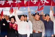 據總統府高層人士透露,陳水扁(前排左二)已慎重思考延攬國民黨人士出面組閣的可能性。
