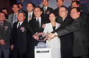 國內各大硬體業者配合微軟強力造勢,但隨之而來的卻是互相砍價的競爭壓力。(前排左二為王振堂、左三為經濟部次長施顏祥、右一為威盛電子總經理陳文琦、右二為大眾電腦董事長簡明仁、右三為台灣微軟總經理邱麗孟)