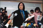 2月21日,詹宏志(中)公開承認失敗,忍痛解散明日報。