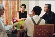 假日,李玉梅(左二)與三五好友,在梅竹山莊家中打牌,是最大的享受。