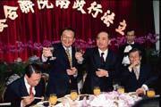 納莉颱風橫掃台灣,也沒放過政府官員的官邸。饒穎奇(前右一)、王金平(前右二)家停水、停電;賴英照(左一)家雖然沒事,地下停車場及1樓則遭到淹水。(左二為行政院長張俊雄)