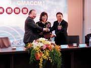 劉維琪(左)與GMACCM亞洲區執行長林至文成功簽約,是張秀蓮(中)幫的忙。