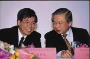 聯發科技在董事長蔡明介(左)帶領下,主要產品光碟機晶片,預估年底將搶占全球20%市占率(右為建弘證券總裁洪敏弘)