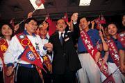 1.連戰(右三)宣示「2004台灣人民幸福工程」啟動,北、高市長之戰將是試金石。