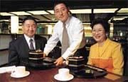 白手起家的李秀英(右),以「創新」讓這家台菜餐廳成長到今日的規模(左為蔡鴻杰,中為李鴻鈞)。