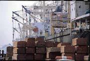 未來兩岸三通後的商機潛力十足,高雄港也因此不惜投資大筆資金擴港、興建貨櫃中心。