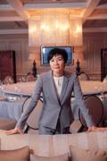 ■站在杜文正設計的「國賓一廳」中,杜麗萍舉手投足,展現女強人姿態。