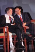 比爾‧蓋茲披著西藏象徵友好的哈達,而一旁的陳永正正是微軟與中國友好的關鍵人物。