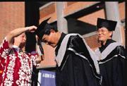 冠德建設董事長馬玉山(中)是年紀最老的畢業生,他開心的說:「上課一點都不吃力。」讓台下的同學感到一陣汗顏。讓他印象最深的是前後20次的考試,他笑著說,以他這個年紀挑燈夜戰,是一件很愉快又享受的事。