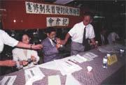江炳倫(立者)發起「學術界反對雙首長制憲改」聯署,反對兩大黨的政治分贓企圖。