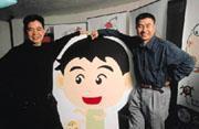 張榮貴(左)出點子、李光輝(右)做節目,「阿貴家族」就這樣在網路上造成一股旋風。(圖中漫畫人物即為阿貴)