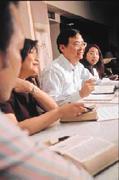 龔天行(左三)每週一會在家中舉行查經聚會,輔導年輕教友並討論人生課題。