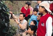 許瑞明(左)帶客人觀察蝴蝶生態,他要創造自己的遊戲規則。
