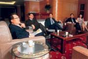 王令麟(左1)做事業喜歡大手筆,接受採訪也一樣大陣仗。