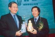 和民間企業策略聯盟,是新上任國營事業董事長的「新人新政」,圖為去年中,台鹽董事長鄭寶清(右)與德記洋行簽約,委由德記代銷台鹽產品。