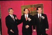 吳東進(左)一向低調,但是金控的戰況激烈,迫使他頻頻曝光,新光集團的分合再度成為市場話題。(中為財政部長李庸三、右為駐WTO代表顏慶章)