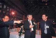 苗豐強(中)帶著大兒子苗華斌(右),把這位神通集團的明日之星介紹給施振榮(左)。