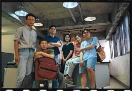 開放原碼創辦人兼技術長黃經緯(右一)認為堅持Linux開放的精神比起壟斷牟利來得重要的多。