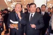 統一集團董事長高清愿(左)對微風廣場董事長廖偉志(右)的「熱情」,讓廖偉志受寵若驚!