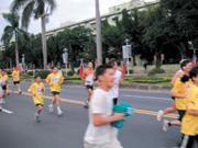 ■馬拉松鍛鍊出的自律、紀律及毅力特質,讓它大受投資銀行界的歡迎。平時難得遇見的何資文(上圖右)首度參加馬拉松活動,呂東風(左圖)則是全程和愛妻(未入鏡)同速慢跑,共享優閒。