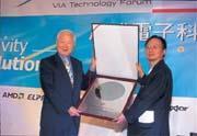 張忠謀(左)交給陳文琦(右)的,正是台積電最具競爭力的12吋晶圓。