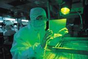 ■全球大廠加快投產新世代TFT生產線,台灣廠商的空頭支票也越開越離譜,就算面板做得像床舖大,有多少家庭消費得起?